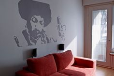 Uniikki kuvio on suurennettu valokuvasta piirtoheittimen avulla. Kuvio maalattiin Harmony-sisustusmaalilla. Pohjan sävy X444 ja kuvion sävy V500. Jimi Hendrix is painted on the wall using projection technique.