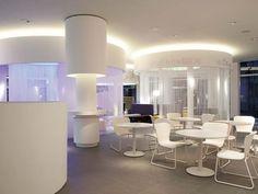 Нитяные шторы: 55 альтернативных идей с кисеей взамен традиционных занавесей (фото) http://happymodern.ru/nityanye-shtory-35-foto-neobychnaya-alternativa-tradicionnym-zanaveskam/ Кисея часто используется в дизайне кафе и ресторанов