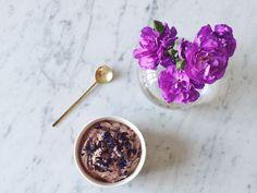Terveellinen jäätelö sopii moniin tilanteisiin. Saat siitä kauniin ja kevyen jälkiruuan tai ihanan välipalan vaikka viikonloppua juhlistamaan. Tämän reseptin jäätelö maistuu taivaalliselta ja on helppo valmistaa. Lisäksi se on gluteeniton...