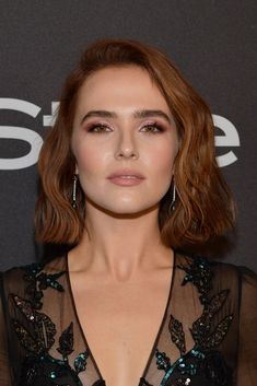 Zoey Deutch Short Wavy Cut - Zoey Deutch looked sweet and stylish with her wavy bob at the InStyle and Warner Bros. Golden Globes after-party. Bob Hairstyles For Thick, Short Bob Haircuts, Hairstyles With Bangs, Medium Hairstyles, Braided Hairstyles, Wedding Hairstyles, Short Red Hair, Short Wavy, Short Bobs