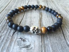 Men skull gemstone bracelet, Men gemstone jewelery, Men surf bracelet,  Rock bracelet, Gothic bracelet jewelery , Men Stretch bracelet door KennlyDesign op Etsy