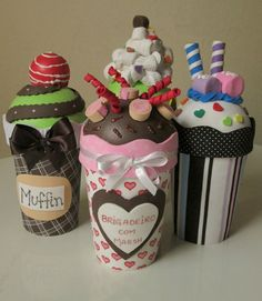 Copos decorados confeccionados em eva e com tema cupcake. Ótima opção para lembrancinha de aniversário.  Produto ecologicamente correto, pois reutiliza copos plásticos de requeijão.    PREÇO VALOR UNITÁRIO.