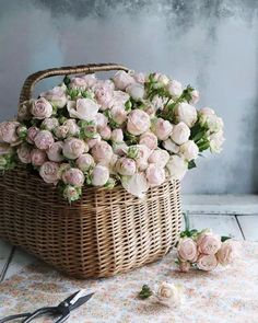Best Ideas For Basket Flower Arrangements Hanging Basket Flower Arrangements, Beautiful Flower Arrangements, Love Flowers, My Flower, Flower Art, Floral Arrangements, Bouquet Champetre, Deco Floral, Rose Cottage