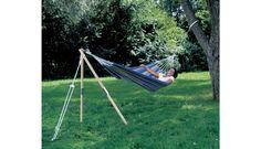 Of je nu in de tuin zit of op een camping, je kunt bijna altijd wel één boom of muur vinden waar je je hangmat aan op kunt hangen. Maar een tweede ophangpunt is lang niet altijd makkelijk te vinden. De hangmatstandaard 'Madera' is hier de perfecte oplossing voor!  <br> <br> Deze van essenhout gemaakte standaard zet je met een pin vast in de grond, waardoor de standaard verankerd is, en voilà: je hebt een tweede ophangpunt om je hangmat op te hangen. De 'Madera' is ...