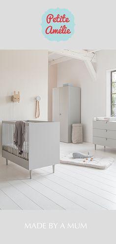 Babykamer Étoile is een stijlvolle, driedelige set die bestaat uit een ledikant 120x60cm, een bijhorende commode (inclusief afneembare bladvergroter) en kinderkledingkast.  Alle laden zijn zelfsluitend en uitgevoerd met luxe soft-close rails.