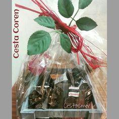 Cesta Coren.- 9'95€ 2 benjamines 18'7 cl vino tinto Vega de Nava, paté ibérico Coren (pack de 2 latas), rosa roja artificial y piña natural. En caja de madera gris y cierre de hojas y lazada silvestre