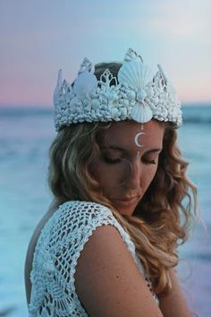 ☾ ☆☽ A gorgeous white mermaid crown with a touch of sparkling glitter. Perfect for the boho beach bride. Handmade in California with real seashells attached to an adjustable base with lace ribbon clos Crown Tumblr, Shell Crowns, Seashell Crown, Mermaid Crown, Tiaras And Crowns, Boho, Bohemian Jewelry, Headdress, The Little Mermaid
