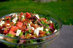 Denne salaten er full av sommerens beste smaker. En perfekt kombinasjon av søtt, salt og syrlig. Server den gjerne som tilbehør til grillmat eller helt alene. Denne sommersalaten liker både store o…