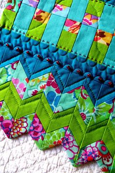 If you want a really pretty edging to a quilt. I might change the colors for my quilts Quilting Tutorials, Quilting Projects, Quilting Designs, Sewing Projects, Quilting Ideas, Quilt Boarders, Seminole Patchwork, Patch Aplique, Quilt Binding