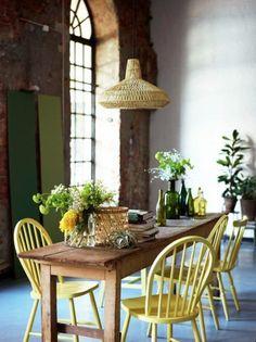 déco salle à manger, table en bois clair chaises jaunes lustre en rotin dans la salle a manger chic