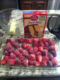strawberry dump cake - only 3 ingredients 1 Box of Yellow Cake Mix Frozen Strawberries -(slightly thawed) 1 Stick of Butter OR 1 can of Diet Directions: Preheat 350 Soften butter. Mix the dry cake mix with the butter. (Or pour about o. Dump Cake Recipes, Dessert Recipes, 3 Ingredient Cakes, Frozen Strawberries, Frozen Fruit, Raspberries, Frozen Strawberry Desserts, Frozen Cherries, Cupcakes