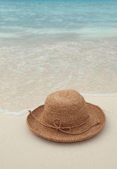 Chapeau sur le sable