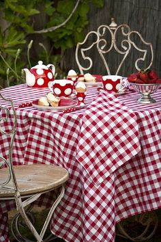 The Red the White and the Checkered pattern gives one the impression of a picnic table. VICHY ROUGE - IMAGE Le rouge, le blanc et le motif des carreaux m'ont fait penser à une nappe de pic nique. White Cottage, Cottage Style, Cozy Cottage, Café Chocolate, Red Gingham, Red Kitchen, White Decor, Shades Of Red, Little Red
