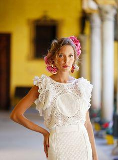 Diseño floral de claveles y berrys.  Traje de Flamenca de Ventura. Pendientes de Blanco Azahar. Girls Dresses, Flower Girl Dresses, Wedding Dresses, Fashion, Orange Blossom, Carnations, Flamenco Dresses, Floral Design, Ear Jewelry