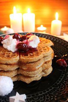 Rezept für Lebkuchen Waffeln mit Glühweinkirschen und Zimtsahne / schnelles Weihnachtsrezept / Weihnachtswaffeln