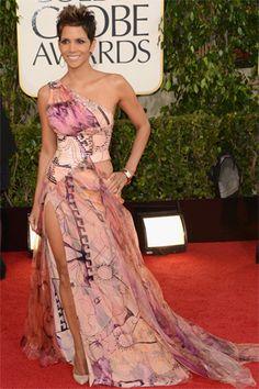 HALLE BERRY.- Como en sus mejores tiempos luciendo una espléndida figura. Para la ocasión, eligió un modelo Versace.