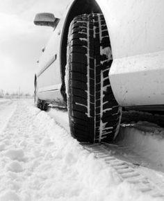 Que ce soit pour l'hiver ou les saisons moins rudes, il est important d'équiper son véhicule de pneus conformes aux normes de sécurité.