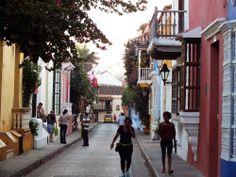 La vida transcurre entre las callejuelas de la ciudad amurallada. Por Iván Lara.