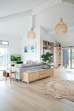 joli salon sous pente, sol en parquet teck clair pas cher, meubles en bois clair, tapis rond beige