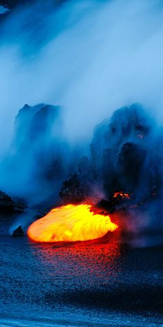 volcano lava kilauea hawaii Un jour j'irai marcher sur ce Volcan actif. Mother Earth, Mother Nature, Volcan Eruption, 1440x2560 Wallpaper, Hawaii Volcano, Lava Flow, Photos Voyages, Natural Phenomena, Tsunami