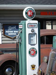 Sinclair Pump between 2 Oldies Old Gas Pumps, Vintage Gas Pumps, Classic Motors, Classic Cars, American Gas, Pompe A Essence, Old Gas Stations, Filling Station, Texaco