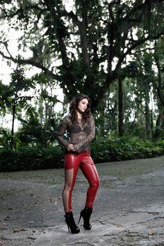 Anajú Dorigon usa top Dress To, blusa Spol, calça Fato Básico, sapato Cecconello, acessórios Estela Geromini