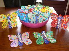 Leuke vlinder tractatie. Papa en mama knippen de vlinder, maar de kleine kan de stipjes plakken.