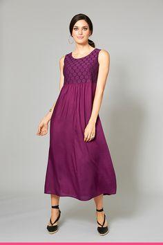 Pehmeä ja kauniisti laskeutuva mekko isoissa ko'oissa
