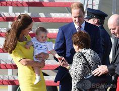 ウィリアム王子一家、NZから豪州入り 国際ニュース:AFPBB News   ニュージーランド外遊を終えて豪シドニー(Sydney)のシドニー国際空港(Sydney Airport)に到着し、ジョージ王子(Prince George)を抱いてピーター・コスグローブ(Sir Peter Cosgrove)豪連邦総督夫妻(右)の出迎えを受ける英国のウィリアム王子(Prince William、中央奥)とキャサリン妃(Catherine, Duchess of Cambridge、左、2014年4月16日撮影)。(c)AFP/WILLIAM WEST