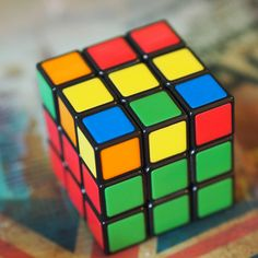 Zauberwürfel Trend: Mit dieser Anleitung für Anfänger, schafft ihr es garantiert, den RubiksCube zu lösen! Meine Kinder sind jedenfalls total begeistert! Cubes, Diy And Crafts, Crafts For Kids, Everyday Hacks, Baby Workout, Stuff To Do, Cool Stuff, Puzzle Toys, Mom Blogs