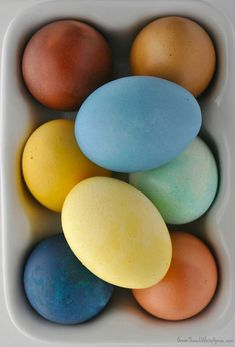 Have you ever tried to dye your Easter eggs with natural items you might already have in your pantry? If you're looking for a safe, easy, and fun way to dye eggs naturally for the holiday, look no further because I have you covered! Egg Tree, Brown Eggs, Easter Table Decorations, Easter Decor, Easter Egg Dye, Food Dye, Egg Decorating, Holiday Decorating, Easter Recipes
