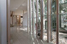 玄関を入るとガラスで囲まれた坪庭が見え、リビングがある。正面奥の階段が主寝室につながる。その両側には子供室が並ぶ。
