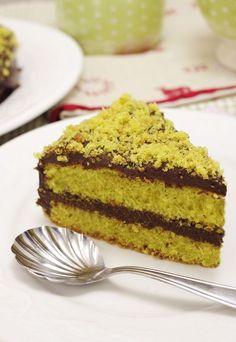 Non so perché ma con l'arrivo del freddo aumenta la voglia di cose golose. Ho immaginato una soffice torta al pistacchio con una bella colata di ciocc...