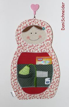 Porta sachê de chá, em formato de boneca matrioska. Capacidade para aproximadamente 20 chás. Em tecido de algodão com forro de manta acrílica. Rosto com pintura manual e detalhe com botão de flor.  Peça para pendurar na parede.  Aceitamos encomendas! R$ 35,00
