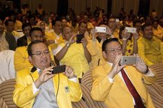 Jakarta. The Golkar Party announced it will stage an extraordinary congress in Bali on May 23-26 to elect a new chairman and end a bitter split in the party which has gone on for more than a year.  Justice Minister Yasonna Laoly said on Tuesday (27/04) the ministry had issued a letter recognizing a new temporary leadership line-up for the Golkar Party, led by chairman Aburizal Bakrie and secretary general Idrus Marham.  Yasonna pointed out the new party line-up accommodates the supporters of…