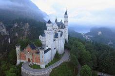 I luoghi dei cartoni animati - FOTO Il Castello della Bella addormentata nel bosco  il bellissimo Castello della Bella Addormentata nel bosco (1959), molto simile a quello di Cenerentola, chiaramente ispirato al Castello di Neuschwanstein, in Baviera, la residenza del Re Ludwig II.