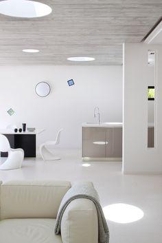 Cuisine au look design ouverte sur le salon dans une villa réaménagée par l'architecte DPLG Frédérique Pyra.