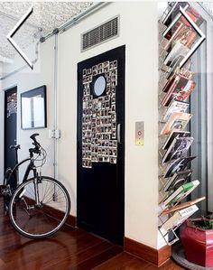 #revistacasaejardim As polaroids de quem já visitou a casa são fixadas na porta do elevador
