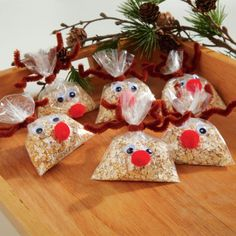 DIY Reindeer Food for Christimas Eve How to make: Cheerios or Corn Flakes Crushed candycanes A smidge of magic dust (glitter and sugar) shhh A very small . Childrens Christmas Crafts, Preschool Christmas, Christmas Activities, Christmas Traditions, Holiday Crafts, Holiday Fun, Christmas Classroom Treats, Holiday Foods, Christmas Fair Ideas