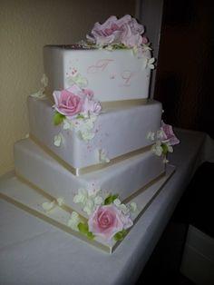Eckige Hochzeitstorte mit Zucker Rosen. www.thetinycakeboutique.com