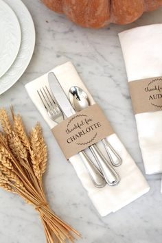 Bloom Designs online is giving these free thanksgiving utensil wrap printables. They make a beautiful fall tablescape. The epic list of Friendsgiving Thanksgiving Ideas. Creative Thanksgiving games, printables, and traditions you need to throw a memorable Thanksgiving Place Cards, Hosting Thanksgiving, Thanksgiving Table Settings, Thanksgiving Centerpieces, Thanksgiving Parties, Holiday Tables, Thanksgiving Crafts, Fall Place Cards, Folding Napkins For Thanksgiving