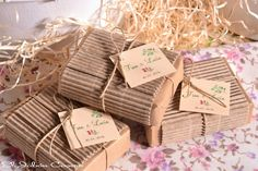 Detalles para bodas campestres jabones caseros Soap Packing, Soap Display, Home Made Soap, Handmade Soaps, Decoration, Wedding Favors, Projects To Try, Wraps, Packaging
