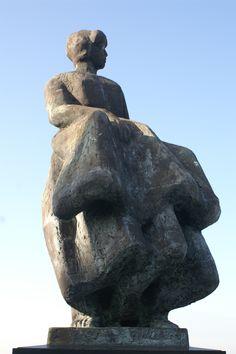 Dit beeld staat bij een gedenkplek in Urk. Wachten of je man terug komt van zee.