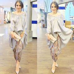 The social media darling with a love for Indonesian traditional attire. @paolatambunann #kebayainspiration #kebaya #Indonesia