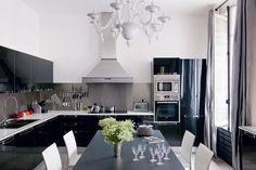 <p>Pour son appartement parisien, la styliste de mode Marie de Fels souhaitait une cuisine noire et blanche décorée dans un esprit cocooning. En associant l'élégance...