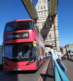 Wiadomo, że jest to obowiązkowe miejsce do odwiedzenia w Londynie. Ale mnie zafascynowała konstrukcja, jak wiele warstw metalu zostało spokojnych nitami, a to wszystko grubo ponad 100 lat temu. Myślę, że dzisiaj trudne jest to do powtórzenia... 📷 @fotoprzykawie _______________________________________ #towerbridge #Londyn #London #Anglia #England #WielkaBrytania #tamiza #stolica #wakacje #urlop #podróże #wycieczka #zwiedzamy #przygoda #podróżowanie #turystyka #podróżnicy #polacywpodróży Instagram