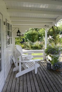 Idea for front porch. t Big front porch with comfortable chairs. I can almost hear the squeaky plank porch boards and smell the wisteria. Cottage Porch, Home Porch, White Cottage, Cottage Style, White Farmhouse, Outdoor Rooms, Outdoor Gardens, Outdoor Living, Outdoor Patios
