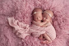 Multiple Children Photography Poses Ideas For 2019 Twin Girls Photography, Newborn Photography Poses, Children Photography, Photography Props, Family Photography, Newborn Photographer, Newborn Twin Photos, Newborn Pictures, Newborn Twins