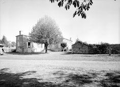 Jean de Chourses: Commune d'Aigonnay, (79) manoir du Brueil-Malicorne: le nom de Malicorne apparait vers 1430 lorsqu'Andrée de Varèze épouse Guy de Chourses, seigneur de Malicorne et portera le nom de dame de Magné, Mons, Châteauneuf, du Breuil d'Aigonnay et Chantecaille. Il est vraisemblable qu'à l'origine, le Breui-Malicorne faisait partie du fiel du Breuil d'Aigonnay. Des éléments du logis, les cheminées à hotte en pierre et les portes cintrées, peuvent dater de la 2° moitié du 16°s.