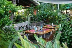 Le Manta - Le restaurant est en terrasse avec une déco tout en bois, à deux pas de la plage de l'Ermitage.